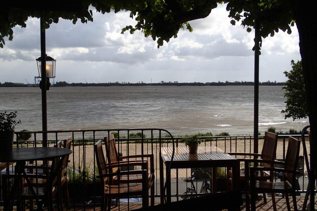 Terrasse mit Blick auf die Elbe.