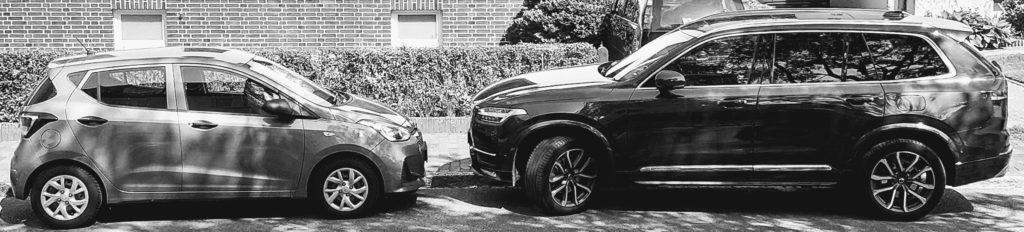 Ein Hyundai i10 im Wert von 10.000 € (1,6 m schmal) im Vergleich zu einem Volvo XC90 SUV im Wert von 70.000 € (2,14 m breit) - die Straßen werden nicht breiter, wenn die SUVs fetter werden.