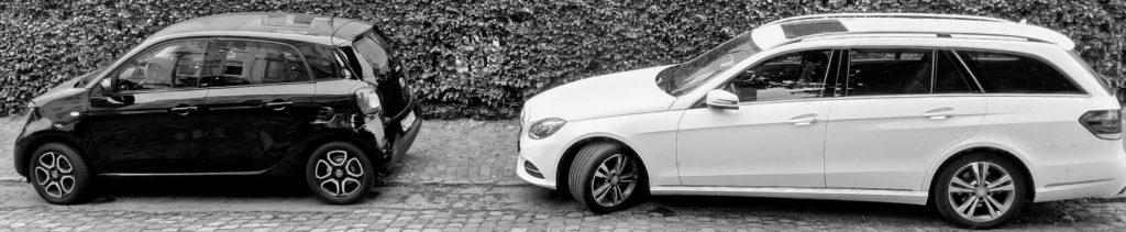 Zwei Autos der Daimler AG: Ein Mercedes-E-Klasse-Kombi und ein kompakter Smart ForFour